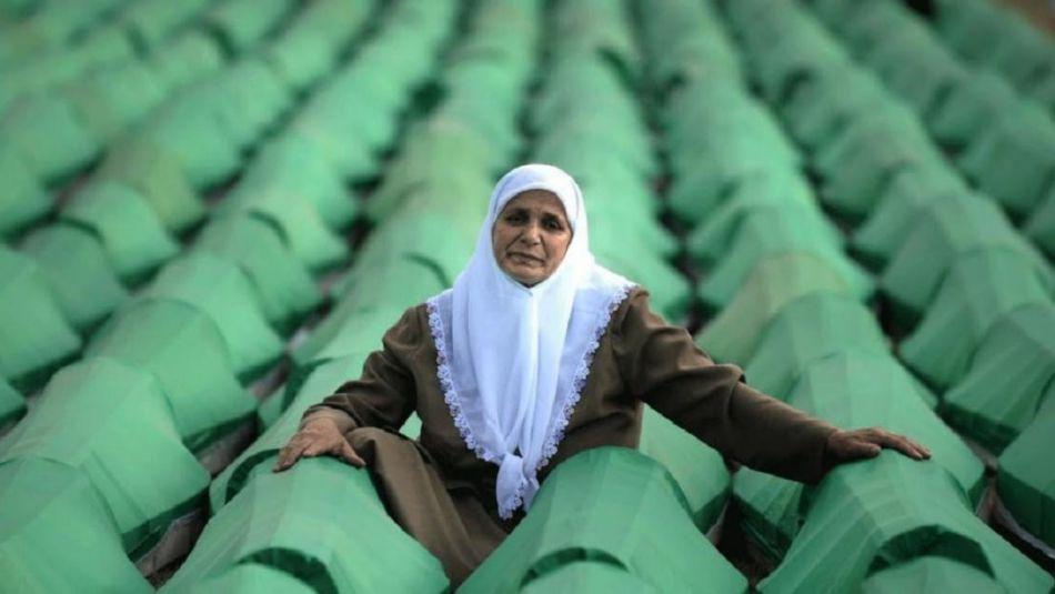 """<div class=""""o9v6fnle cxmmr5t8 oygrvhab hcukyx3x c1et5uql ii04i59q"""">ali i borbi koju je neprestano vodila zajedno sa ostalim majkama Srebrenice koje su u genocidu izgubile članove svoje porodice.</div> <div class=""""o9v6fnle cxmmr5t8 oygrvhab hcukyx3x c1et5uql ii04i59q""""><br /> <div dir=""""auto"""">Hatidži Mehmedović su u genocidu u Srebrenici jula 1995. godine ubijena dvojica sinova, Almir (18) i Azmir (21), i muž Abdulah (44).</div> </div> <p></p> <div class=""""o9v6fnle cxmmr5t8 oygrvhab hcukyx3x c1et5uql ii04i59q""""> <div dir=""""auto"""">""""Ja više nikada neću biti majka, nikada neću imati unučad, nikada neću imati sina, neću upoznati taj užitak.""""- Hatidža Mehmedović</div> </div>"""