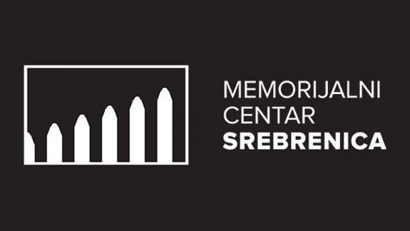 """<p style=""""font-weight: 400;"""">""""U okviru našeg medijskog monitoring smo utvrdili 133 slučaja relativiziranja i negiranja činjenica o genocidu u Srebrenici od 28.07.2021. do danas. Dominantno to čine mediji u Republici Srbiji, tabloid poput Alo!, Kurir, Informer i drugi, a u Bosni i Hercegovini se takve vrste iskaza najčešće publikuju putem javnih servisa – Radio televizije Republike Srpske (RTRS) i Novinske agencije RS (SRNA). Ono što vrijedi napomenuti jeste da se, od stupanja na snagu izmjena člana 145a KZ BiH, negiranje genocida vrši manje eksplicitno i direktno u BiH, što pokazuje da novi propis ima efekta. Istovremeno, nastavila se praksa omalovažavanja dostojanstva žrtava i relativiziranja, koje se sada vrši sa nešto izmijenjenim frazama i porukama"""", poručuju iz Memorijalnog centra.</p> <p style=""""font-weight: 400;"""">Genocid su, od stupanja na snagu izmjena KZ BiH, relativizirali ili direktno negirali Milorad Dodik, Aleksandar Vulin, Miodrag Linta, Radovan Kovačević, Srđa Trifković, Saša Radulović, Emilo Labudović, Dragomir Anđelković, Vladislav Jovanović, Jovan Vučurović, Milisav Paic, Bojan Bilbija, Marko Kovačević, Vladimir Đukanović, Predrag Raić, Miloš Jovanović, Zoran Ćirjaković, Branko Lukić, Mihailo Medenica, Mitar Kovač, Andrija Mandić. Nebojša Krstić, Ognjen Karanović, Ilija Petrović, Brano Radun, Gideon Grajf, Markus Goldbah, Stiven Mejer i Elena Guskova. Oni su to dominantno činili izvorno u medijima u Srbiji, dok su mediji u BiH uglavnom prenosili te izjave.</p> <p style=""""font-weight: 400;"""">""""Možemo zaključiti da su izmjene Krivičnog zakona BiH već sada dale rezultat, s obzirom da je, recimo, na RTRS-u broj slučajeva znatno manji u odnosu na isti period prije stupanja na snagu zabrane negiranja genocida: sa 30 broj incidenata je pao na 12, a i ovih 12 su se pretvorilivećinom u slučajeve relativiziranja činjenica - u odnosu na ranije direktne i najgrubljenegiranje genocida u Srebrenici. Broj slučajeva na """"Srni"""" je pao za 66%, u """"Glasu Srpske"""" je broj sl"""